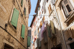 Vecchie casa e facciata Mediterranee nella città di Rovigno, Croati Fotografie Stock Libere da Diritti