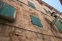 Vecchie casa e facciata Mediterranee nella città di Rovigno, Croati Immagine Stock