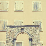 Vecchie casa e finestre con gli otturatori (Budua, Montenegro) Fotografie Stock