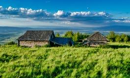Vecchie case abbandonate su una cima della montagna immagini stock libere da diritti