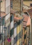 Vecchie case con i ciechi nel centro di Arezzo immagini stock libere da diritti