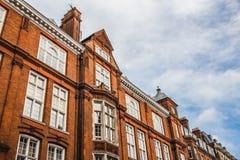 Vecchie case con mattoni a vista a Londra fotografia stock
