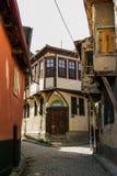 Vecchie case di legno disegnate nella via Fotografie Stock