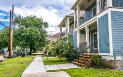 Vecchie case di legno nello stile coloniale Le vie di New Orleans dopo un'estate calda piovono Fotografia Stock