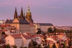 Vecchie case di Praga e st Vitus Cathedral, vista dalla collina di Petrin Fotografie Stock Libere da Diritti