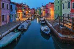 Vecchie case e barche variopinte alla notte in Burano Fotografia Stock