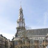 Vecchie case e chiesa a Amsterdam Immagini Stock Libere da Diritti
