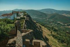 Vecchie case e chiesa sopra la cresta con la parete al castello di Marvao immagine stock libera da diritti