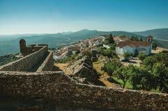 Vecchie case e chiesa sopra la cresta con la parete di pietra in Marvao fotografia stock libera da diritti