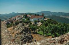 Vecchie case e chiesa sopra la cresta con la parete di pietra a Marvao immagini stock libere da diritti