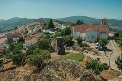 Vecchie case e chiesa sopra la cresta con la parete in Marvao immagine stock libera da diritti