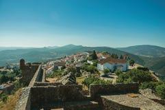 Vecchie case e chiesa sopra la cresta con la parete nel castello di Marvao fotografia stock libera da diritti