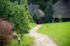 Vecchie case e percorso di pietra Fotografia Stock