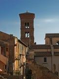 Vecchie case e torretta della cattedrale immagine stock libera da diritti