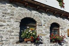 Vecchie case e vie in città storica di Shiroka Laka, Bulgaria fotografia stock
