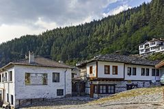 Vecchie case e vie in città storica di Shiroka Laka, Bulgaria immagini stock libere da diritti