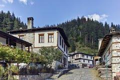 Vecchie case e vie in città storica di Shiroka Laka, Bulgaria immagini stock