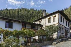 Vecchie case e vie in città storica di Shiroka Laka, Bulgaria immagine stock