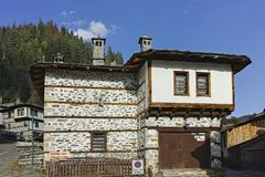 Vecchie case e vie in città storica di Shiroka Laka, Bulgaria fotografia stock libera da diritti