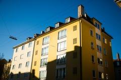 Vecchie case - facciata gialla a Monaco di Baviera - città Fotografia Stock Libera da Diritti
