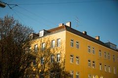 Vecchie case - facciata gialla a Monaco di Baviera - città Fotografia Stock