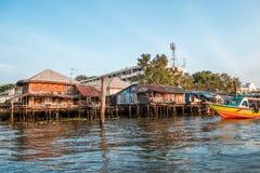Vecchie case locali di legno lungo la riva del fiume di Chao Phraya fotografia stock