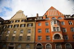 Vecchie case nella facciata arancio e verde di Schwabing, Immagini Stock