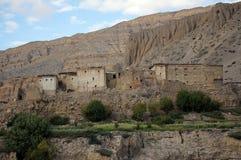 Vecchie case residenziali in Chhusang, contro il contesto della montagna nepal Fotografia Stock Libera da Diritti
