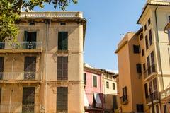 Vecchie case residenziali gialle in Palma de Mallorca del centro Fotografia Stock Libera da Diritti