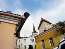 Vecchie case sulle vecchie vie della città tallinn L'Estonia fotografie stock