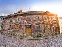Vecchie case sulle vecchie vie della città tallinn L'Estonia immagini stock