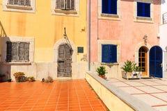 Vecchie case tradizionali nella città di Pollenca del porto sull'isola di Maiorca Fotografia Stock Libera da Diritti