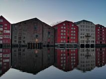 Vecchie case variopinte all'argine del fiume di Nidelva a Trondeim, Norvegia fotografia stock libera da diritti