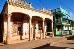 Vecchie case variopinte in Baracoa/Cuba Immagini Stock Libere da Diritti