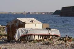 Vecchie caserna e barca Fotografie Stock Libere da Diritti