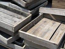 Vecchie casse di legno stagionate impilate Immagini Stock