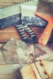 Vecchie cazzuola, spatola e spazzola arrugginite tinto Fotografia Stock Libera da Diritti