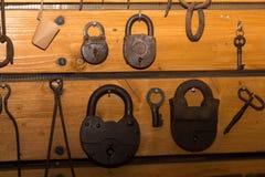 Vecchie chiavi arrugginite e serrature fatte di ferro Immagini Stock Libere da Diritti