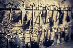 Vecchie chiavi per le camere di albergo Immagini Stock