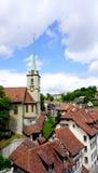 Vecchie città e chiesa storiche della città sul ponte fotografie stock