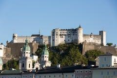 Vecchie città e fortezza Hohensalzburg, bello castello medievale a Salisburgo, Immagine Stock Libera da Diritti