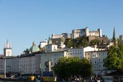Vecchie città e fortezza Hohensalzburg, bello castello medievale a Salisburgo, Immagini Stock