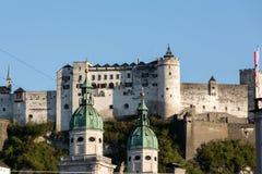 Vecchie città e fortezza Hohensalzburg, bello castello medievale a Salisburgo Fotografia Stock