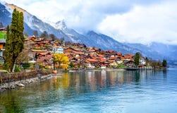 Vecchie città e montagne delle alpi sul lago Brienzer, Svizzera Immagini Stock