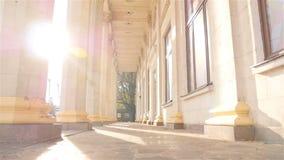 Vecchie colonne su un fondo di bei raggi del sole l'ucraina kiev 07 11 18 parco VDNH archivi video
