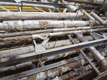 Vecchie condutture, valvole ed attrezzature d'acciaio industriali arrugginite al po Immagine Stock