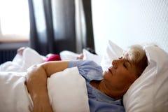 Vecchie coppie che dormono sul letto Immagini Stock