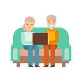 Vecchie coppie che si siedono su Sofa With Lap Top, tempo di Person Being Online All The ossessionato con l'aggeggio Fotografia Stock Libera da Diritti