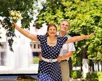 Vecchie coppie felici all'aperto Fotografie Stock Libere da Diritti