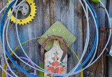 Vecchie cose che appendono sulla parete Fotografie Stock Libere da Diritti